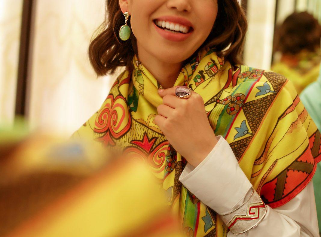 девушка казахский платок ювелирное искусство
