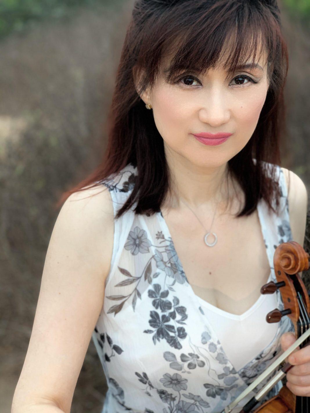 Вот уже больше года фэндому Dears известна одна удивительная скрипачка из Сан-Диего Сан Шен, которая делает красивейшие каверы на песни Димаша, сопровождаемые не менее красивым видеорядом. Окруженная музыкой с детства, Сан Шен стала настоящим профессионалом своего детства, и теперь преподают игру на скрипке юным талантам. Скрипачка из Сан-Диего Сан Шен родилась в семье музыкантов. Ее мама – преподаватель фортепиано в Шанхайской консерватории музыки, а папа – скрипач знаменитого Шанхайского музыкального оркестра. Ее детство всегда было окружено чарующей классической музыкой. В 4 года Сан Шен училась фортепиано у своей мамы, а в 5 лет ей очень полюбилась скрипка, которой ее начал обучать отец. И с тех самых пор всю свою жизнь Сан Шен посвятила игре на самом изысканном и утонченном музыкальном инструменте. Скрипачка 18 лет работала в симфоническом оркестре в Чикаго и Милуоки, а после переехала в Сан-Диего, где начала свою преподавательскую деятельность. С музыкой Димаша Сан Шен познакомилась в феврале 2019 года. Тогда, смотря телевизор, на одном из каналов она наткнулась на песню Димаша «S.O.S». Оставшись под большим впечатлением от услышанного, она тут же вышла в интернет, чтобы узнать о певце побольше. Чуть позже он вдохновил ее на создание музыкальных каверов, чем Сан Шен с удовольствием занимается до сих пор. «В каверах на песни Димаша я сама пишу аранжировку для партии скрипки. Также, мне помогают мои друзья, являющиеся профессиональными музыкантами, довольно известными в Калифорнии. Мой друг Брайн – пианист в Симфоническом оркестре Сан-Диего. А Питер Спраг – известный композитор и продюсер. Он помог мне сделать каверы на песни «Give me love» и «Өкініш» («Сожаление»), так как они требуют более сложной оркестровки», – поделилась Сан Шен. Скрипачка рассказывает, что больше всего ее вдохновляет в музыке Димаша то, что у него есть свой собственный неподражаемый стиль, а также присутствуют элементы классической музыки, с которой Сан Шен сама очень тесно связана. «Он вс