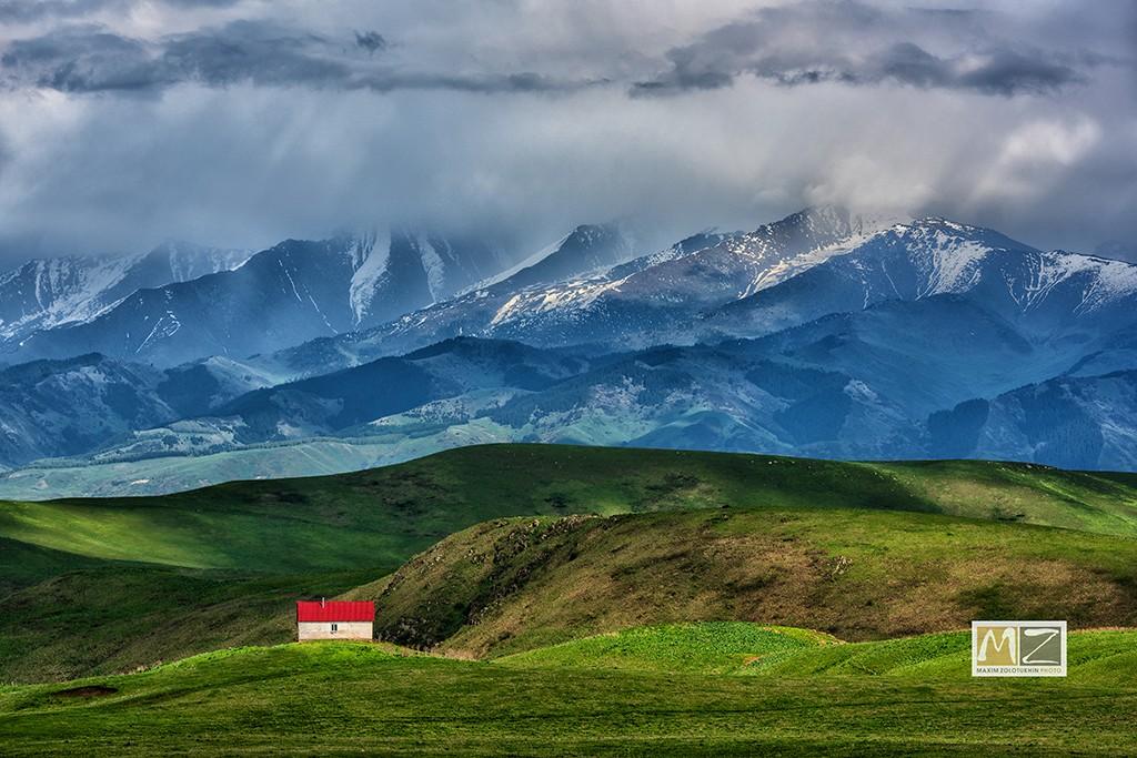 горы облака домик Казахстан