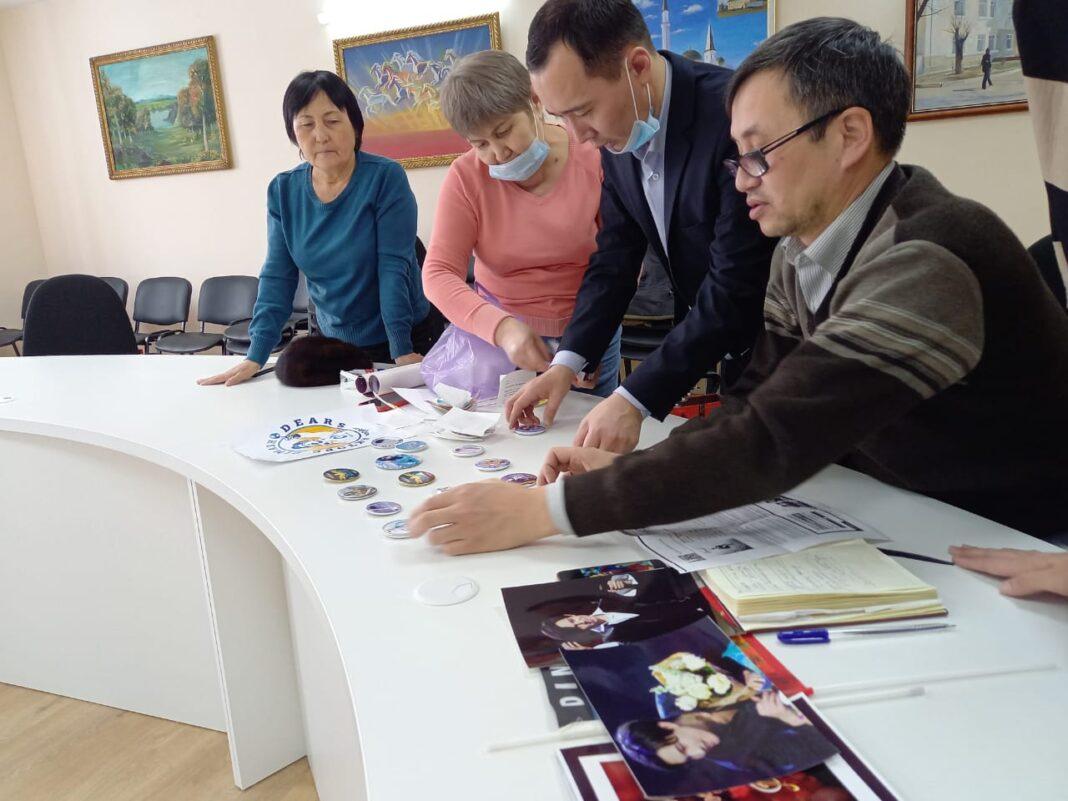 Dears передали актюбинскому музею предметы с логотипами фан-клубов Димаша по всему миру