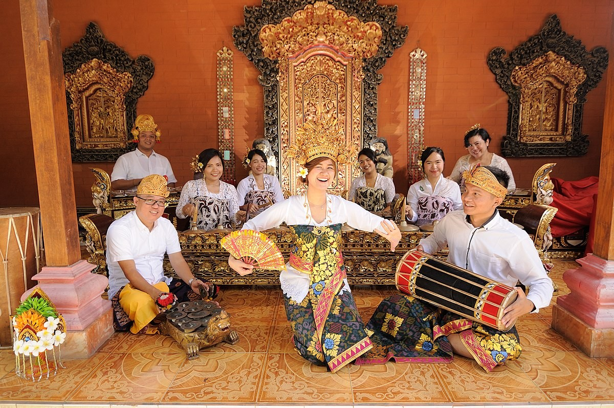 """The """"Love of Tired Swans"""" in the sound of an Indonesian gamelan"""