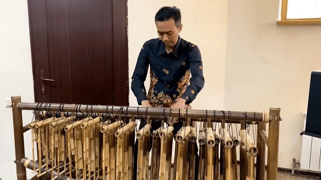 «Любовь уставших лебедей» в исполнении индонезийского ангклунга